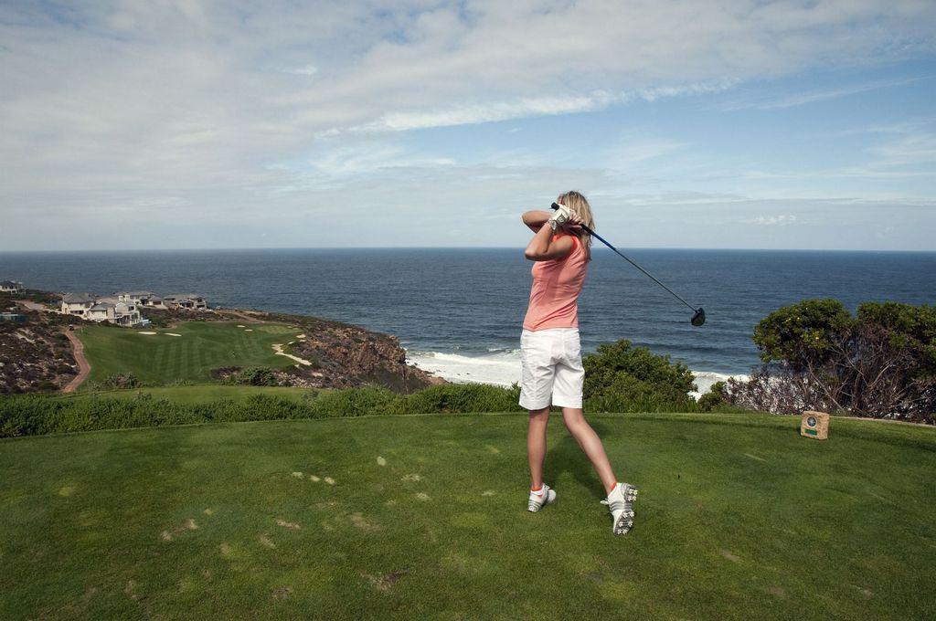 Südafrika_KPRN_Wasser_Golf_Frau_Grün