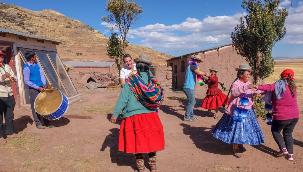 Intrepid Travel_KPRN_Peru_Tanzen_Menschen_Bunt_Bäume