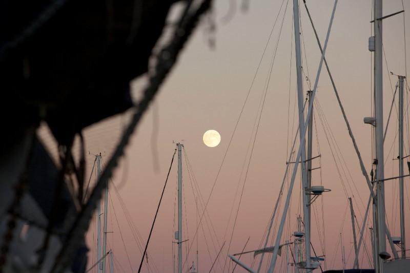 KPRN_San Francisco_Hafen_Schiffsmasten_Mond_Himmel_Rot