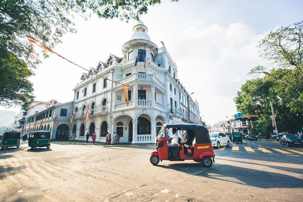 sri-lanka_KPRN_Intrepid Travel_Straßen_Autos_Häuser_Menschen_Bäume