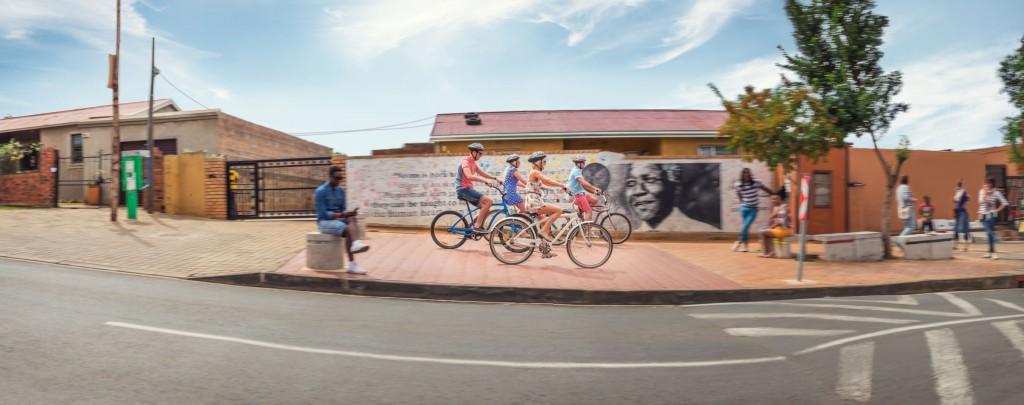 South African Tourism_KPRN_Fahrräder_Menschen_Häuser_Straße