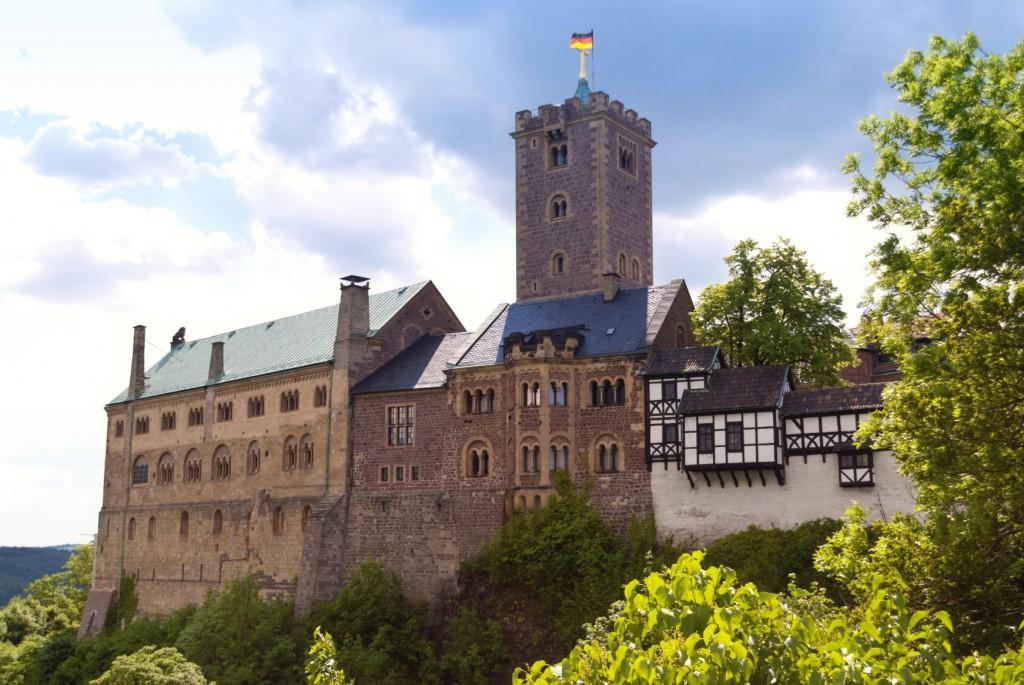 Wartburg_Bäume, grün, Deutsche Flagge, blau, Himmel