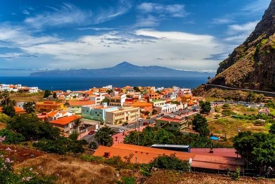 Blick auf Agulo mit der Insel Teneriffa im Hintergrund © Cabildo de La Gomera