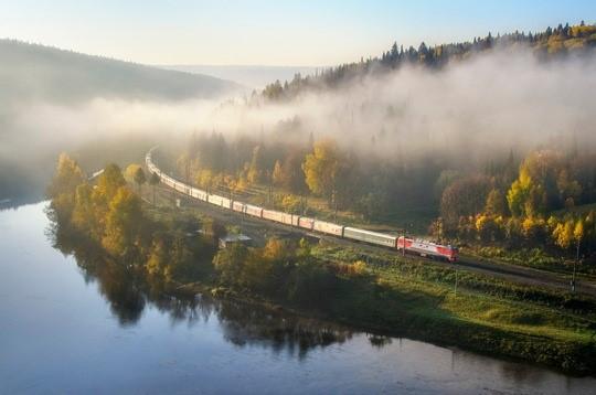 ernidee Reisen, Russland, Zug, Wald, Nebel, KPRN