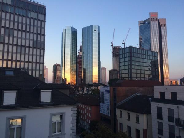 Design Offices mit Blick auf die Frankfurter Skyline