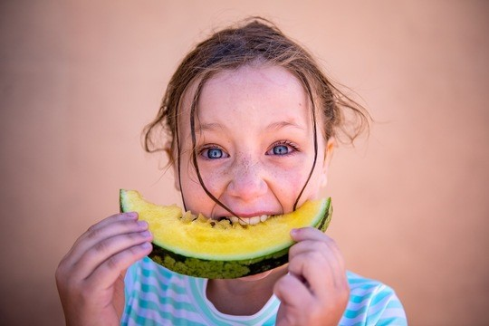 Kind mit Melone_Credit_Intrepid Travel